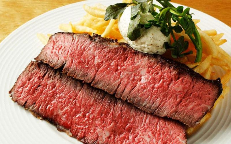 牛ハラミのグリルステーキ グリーンペッパーソース